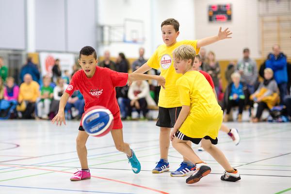 Über einhundert Kinder, jede Menge Begeisterung und fast fünf Stunden Basketball gab es am 6. Dezember in Dessau zu sehen. // Foto: Hartmut Bösener