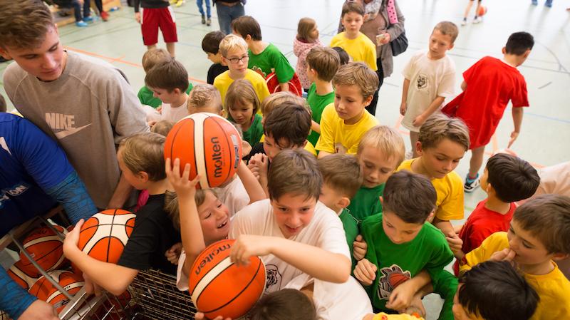 Als Weihnachtsgeschenk erhielt jedes Kind am Ende des Turniers einen Basketball geschenkt. // Foto: Oliver Harloff