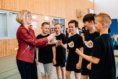 Kathrin Abé von der Sparkasse Dessau übergab den Siegerpokal. // Foto: Hartmut Bösener