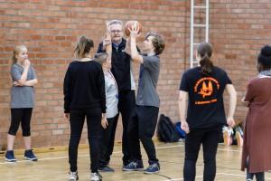 Viele Schiedsrichter-Mentoren helfen den jungen Einsteigern an den Pfeifen // Foto: Oliver Harloff