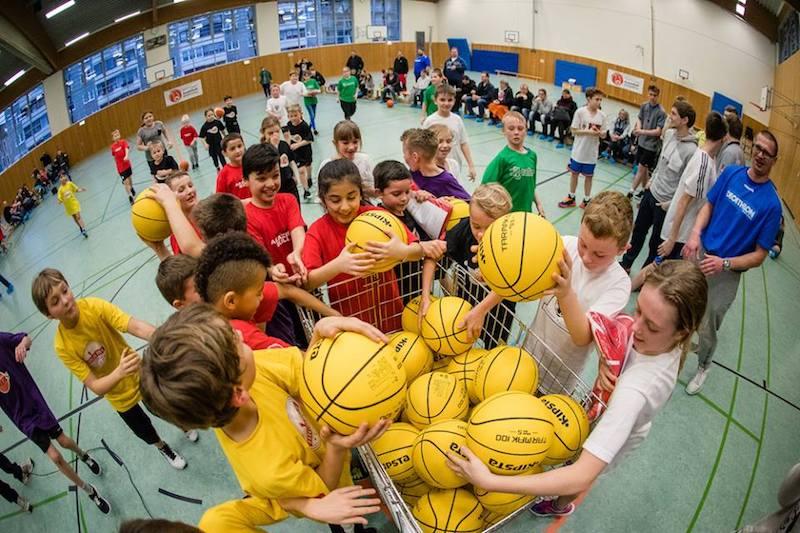 Jedes Kind, das erstmals an einem Weihnachts- oder Neujahrsturnier teilnahm, konnte sich über einen quietschgelben Basketball freuen. // Foto: Hartmut Bösener