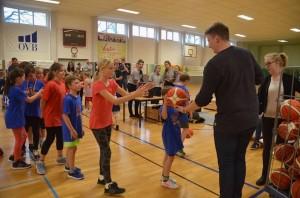 Staffelkoordinator Clemens Herold überreicht die Basketballgeschenke