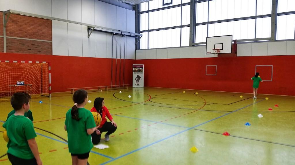 Die Grundschüler absolvierten einen Parcours, um das Basketball - Abzeichen zu erhalten.