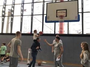 Die Profis gingen den Kids zur Hand und gaben ihre Skills weiter. // Foto: BVSA