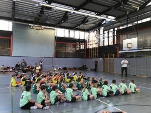 Die Kinder der Schulliga der Staffel Halle warten auf die Turniereröffnung.