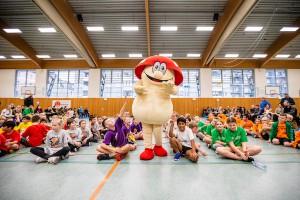 Winnie, der Sparkassen-Glückspilz, begeisterte die Grundschüler. // Foto: Hartmut Bösener